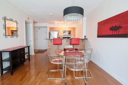 Clean and modern one bedroom one bathroom condo with a queen bed located minutes away on foot from Elgin St. restaurants, shops & nightlife, the beautiful Rideau canal, and Ottawa's best attractions! Full kitchen, air-conditioned in a secure building