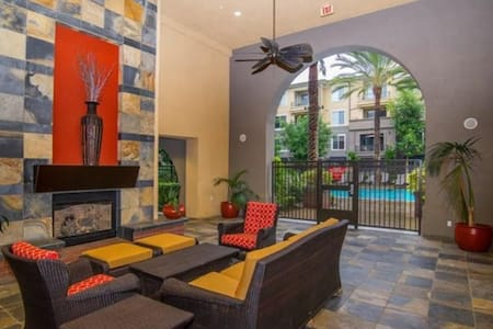 There's a pool, too! - Condominio