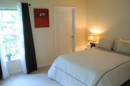 Lovely private Bedroom-RDU airport
