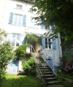 Belle maison avec tipi et piscine région Lyonnaise - Huis