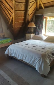 Lawrence Lodge,homely  thatched lodge in best area - Bed & Breakfast