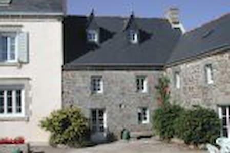 TY COZ ( vieille maison) - Goulien - Haus