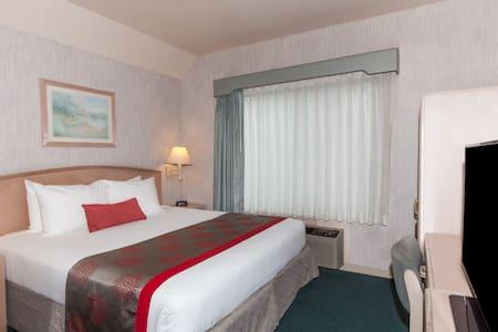 King Suite in the heart of Bakersfield-I - Bed & Breakfast