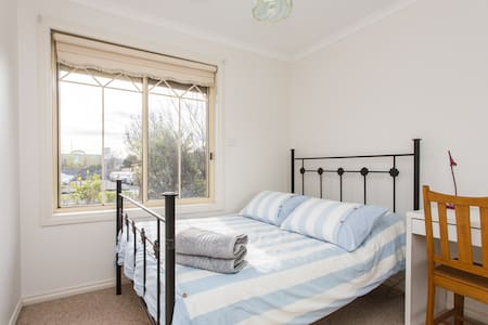 This gorgeous unit (small home) is very conveniently placed near the train station and Reservoir's multicultural shops, both only one street away. The room is filled with light, has a double bed and generous wardrobe.