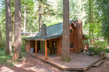 Escape to vintage Mt. Hood retreat - Kisház