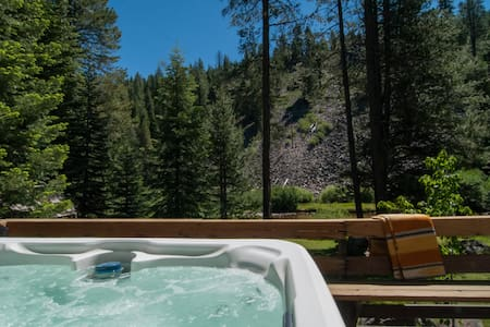 Squaw Riverfront -Fireplace Hot Tub - Hus