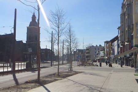 Multicultural Antwerp neighbourhood - Lejlighed