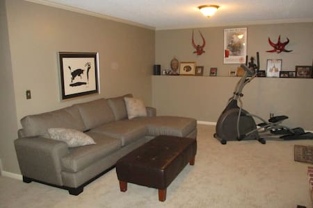 Ryder Cup! Lower level of home with 2 BR, kitchen - Hus