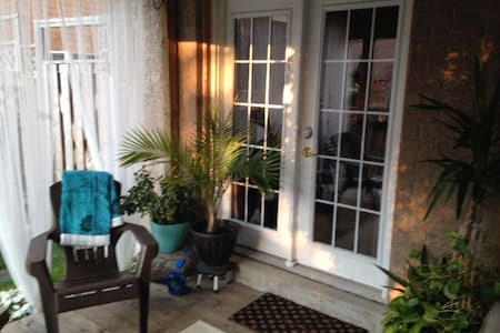 Walkout apt with private deck/yard - Newmarket - Apartment