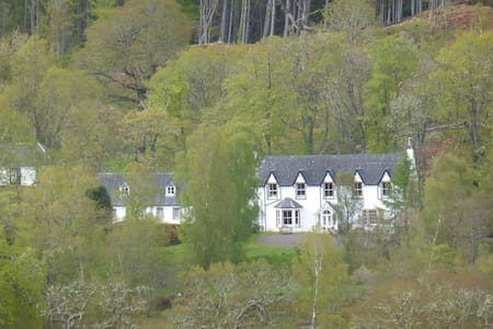 Comfortable sporting Lodge set in the Highlands - House
