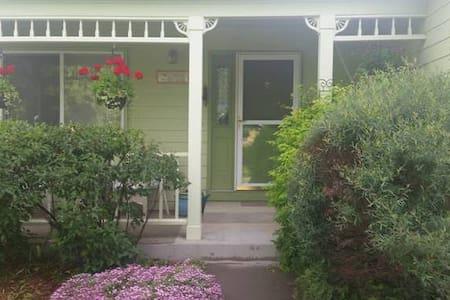 Basement Suite 1 bdrm, living room,  private bath - Fort Collins - Casa