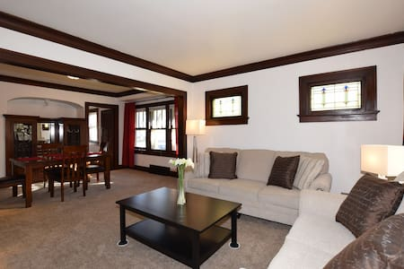 Cozy All New Furniture & Remodel Lower - West Allis - Stadswoning