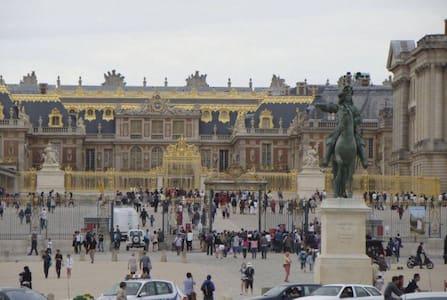 à côté du château  de Versailles , - Apartment