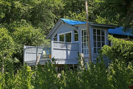 Self-contained cabin on hobby farm - Sooke