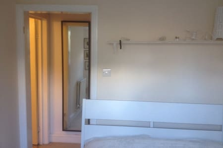 Quiet, double room with ensuite. - House