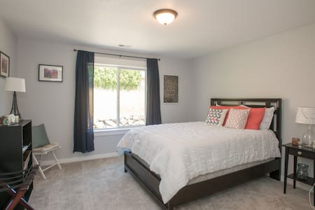 Cozy queen room in wine country! - Dundee - House