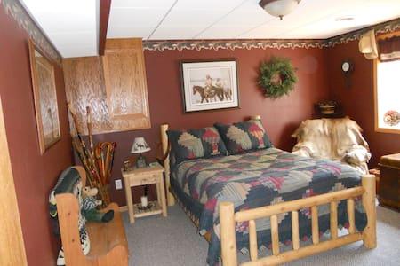 Quiet area/Private lower level - Cedar Falls - Ház