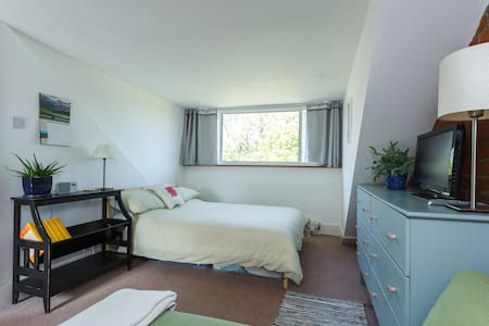 Bright, spacious room on quiet residential road - Huis
