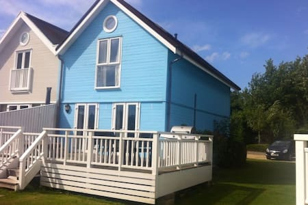 3 Bed Lakeside Lodge with Hot Tub - Gloucestershire - Casa