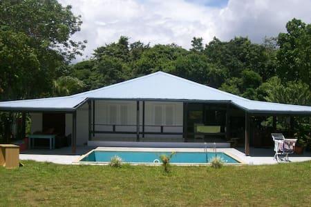 Chambre climatisée, piscine, calme! - Ház