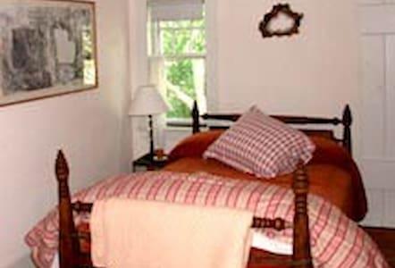 200 yr old farmhouse /East Room  - Szoba reggelivel