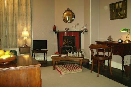 Private room en suite & lounge - Rumah