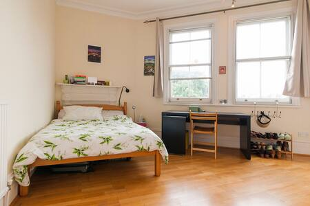 We have a great ensuite room to rent in our big Victorian mansion block flat.  Our flat is big and bright, and extremely well connected - Swiss Cottage, South Hampstead and Finchley Road stations are all 5 minutes away.