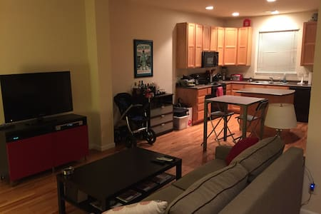 Modern room with prvt bath & garage - Fort Collins - Radhus