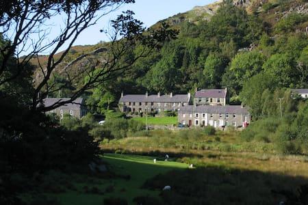 Bryn Derwen Cottage, Betws Garmon, Caernarfon - House