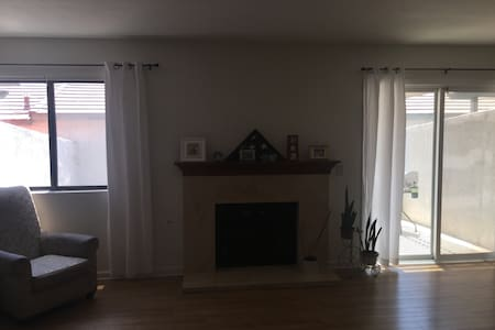 Beautiful condo next to Ontario airport - Osakehuoneisto