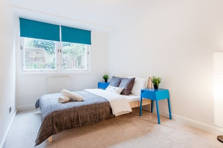 Double bedroom in Notting Hill
