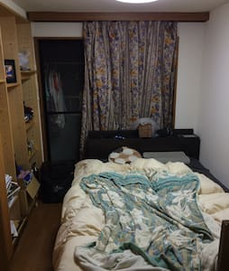 This is 100% private flat at central Tokyo Ebisu. Here is very convenient for Tokyo life. Enjoy gourmet shopping and easy access to all major subway, train and bus. Shibuya 2mins, Roppongi 10mins by train.