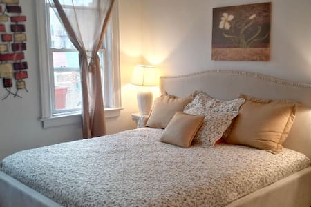 Huge airy room perfect for two! - Bronx - House