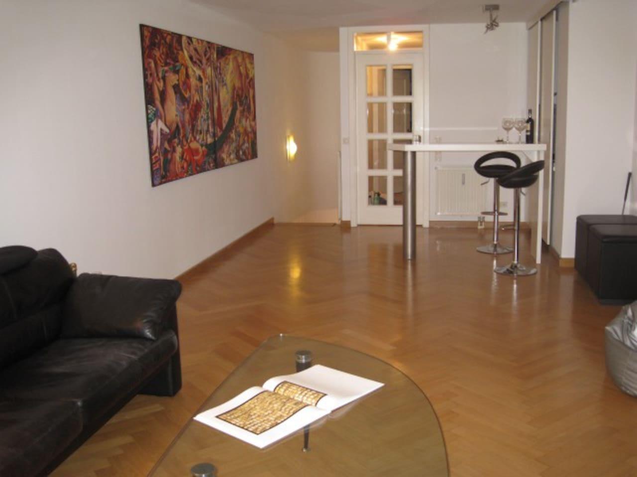 Geräumiges Wohnzimmer mit stylischer Bar