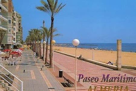 Disfruta la playa de Almería a 50m