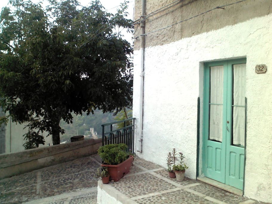 Main entrance of the house, located in an extremely quite area on the external walls of Calatafimi. Parkig spot right beside the entrance door.
