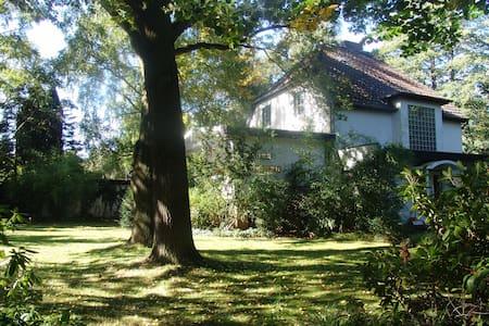 Villa Baum mit parkähnlichem Garten - Casa de campo