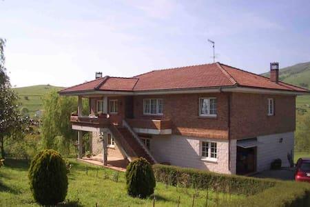 CASA CURRA-2  EN EL CENTRO DE CANTABRIA - Lägenhet
