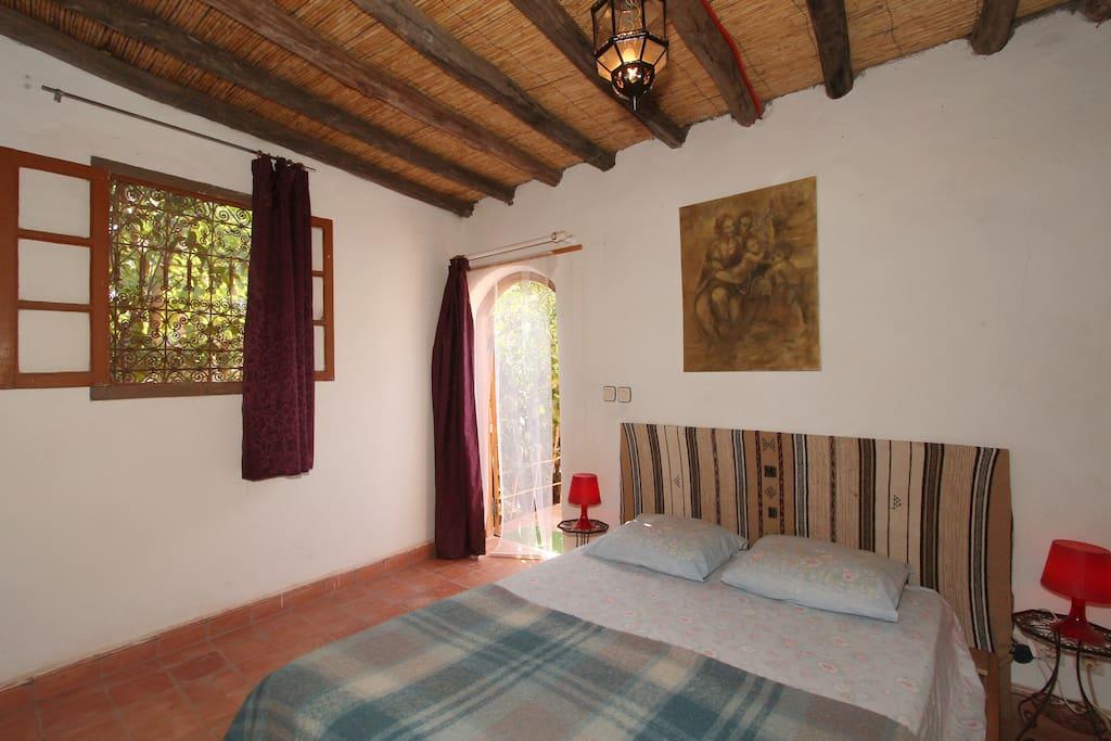 Chambre à coucher avec la porte d'accès au jardin