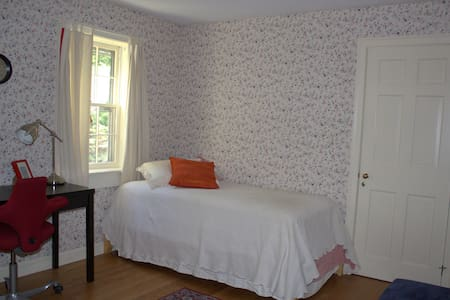 Private location in easy walking distance to Hanover (1 mile) or bus stop (3 min walk). Quiet, 2nd floor room with plush, single bed. Cats and a dog live here, but not upstairs.