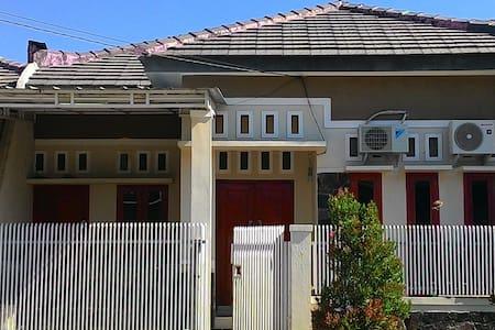 Faradiaz Home - Cirebon - Casa