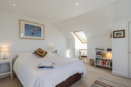 Comfy en suite attic studio