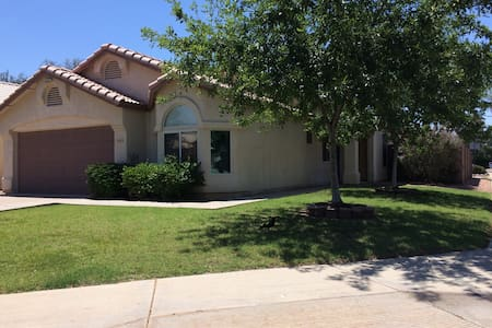 Quiet NE Mesa home LGBT Friendly Classy, eclectic designed retreat Luxuriously comfortable bed Clean private room/bath with high quality linens Kid and pet free space Serene, relaxing patio Close to Golf, hiking and mountain biking trails