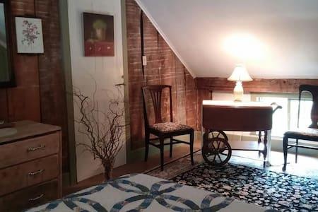 Historic Farmhouse - Rustic Room - Casa