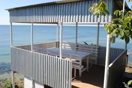 Комната в доме прямо на диком берегу моря - House
