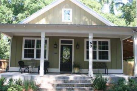 Charming Apalachicola Cottage - Casa