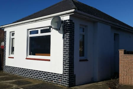 Beautiful, bright detached bungalow - Prestwick - Apartment