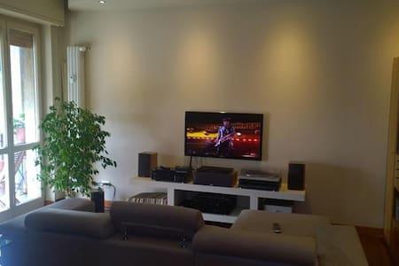 Camera con vista panoramica, molto luminosa - Bresso - Lejlighed