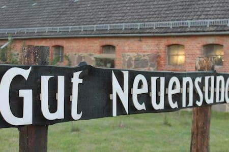 Denkmalgeschützes Haus auf Gutshof mit Sauna - Strasburg (Uckermark) - Casa