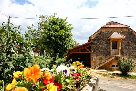 Chambres d'hôtes du petit Touron à Ste Nathalène - Dům pro hosty
